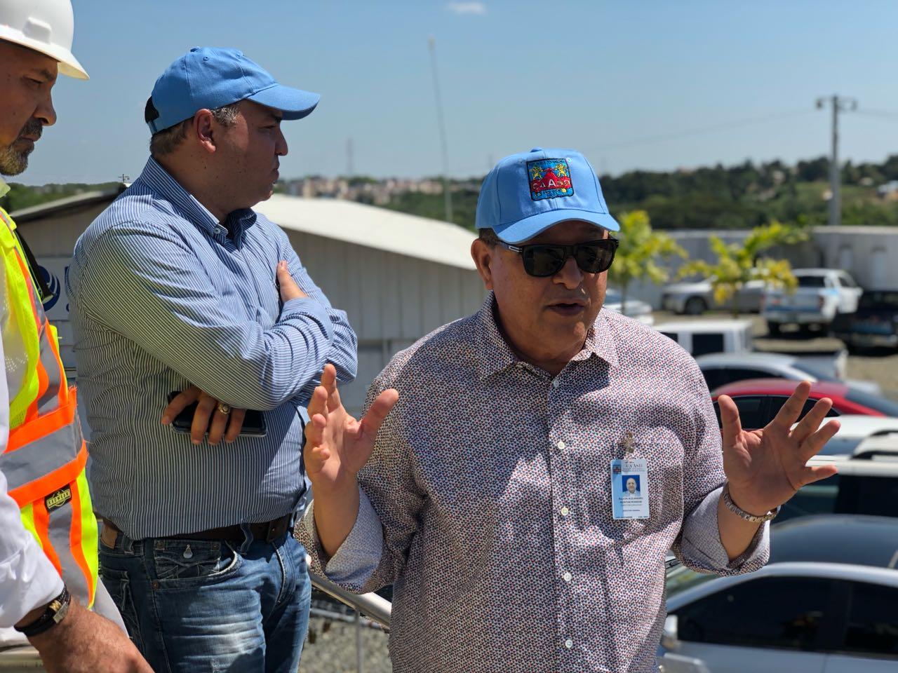 """Resultado de imagen para La Corporación de Acueducto y Alcantarillado de Santo Domingo (CAASD), inició un plan para racionar el agua, debido a la sequía que afecta al país el cual ha comenzado a incidir en el suministro de agua del Gran Santo Domingo, con una reducción de 51 millones de galones al día.  Alejandro Montás, director de la CAASD, dijo que debido a esta situación, se dispuso un plan para racionar el suministro, con la reducción de los días de servicio en todos los sectores de la capital.     Los sectores que reciben agua potable los siete días de la semana, la recibirán cuatro días. """"Los que reciben el servicio 4 y 3 días a la semana, lo recibirán dos días y ahí nos paramos, para que todos tengan agua al menos dos días a la semana"""", añadió. El funcionario explicó, en una nota de prensa, que debido al descenso en los caudales de los ríos Haina, Isa, Mana, Duey e Isabela, la producción de agua potable ha disminuido 51 millones de galones por día, pasando de 420 millones de galones a 369 millones.     """"Esta situación provoca que el servicio se esté brindando con deficiencia, fundamentalmente en las zonas altas de los sectores ubicados al sur de la avenida Independencia, tales como Invi Sur, Miramar, Solimar, Dominicanos Ausentes, Urbanización Tropical, El Cacique, Zona Colonial, Ciudad Nueva y Costa Brava"""", manifestó.     Los acueductos Haina- Manoguayabo, Isa-Mana, Duey y La Isabela son los más afectados por la sequía, lo que afectado a sectores de Herrera, entre ellos, Buenos Aires, El Abanico, Las Caobas, Libertador, Enriquillo, Barrio Duarte y Las Palmas"""